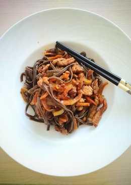 Вок из гречневой лапши со свининой и овощами