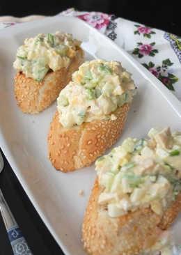 Куриный салат на чесночных гренках