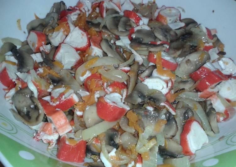 Салат шампиньоны обжарить крабовые палочки