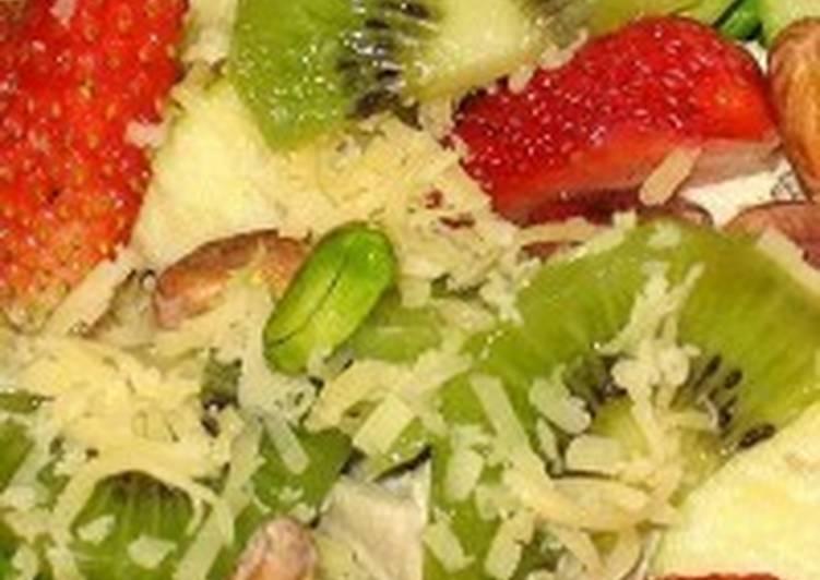 Салат с курицей и фруктами «Амур»