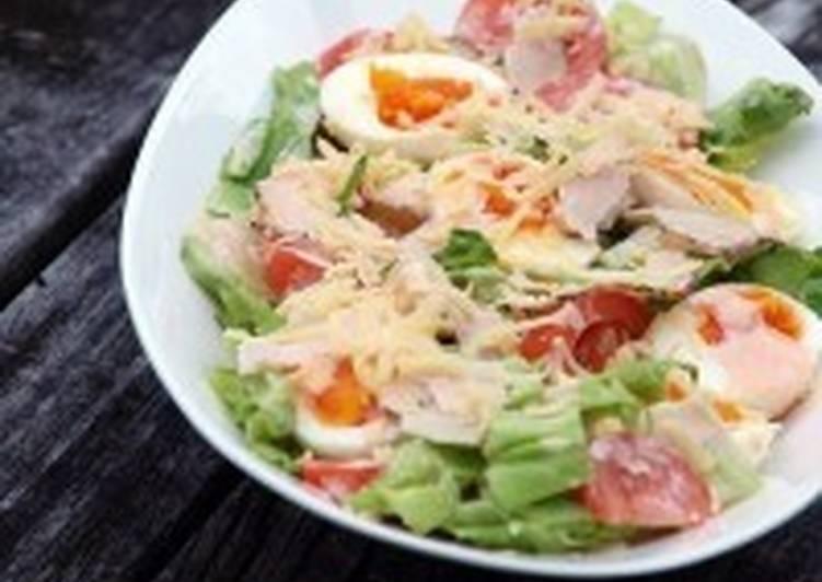 Салат с курицей, яйцом, сыром и овощами