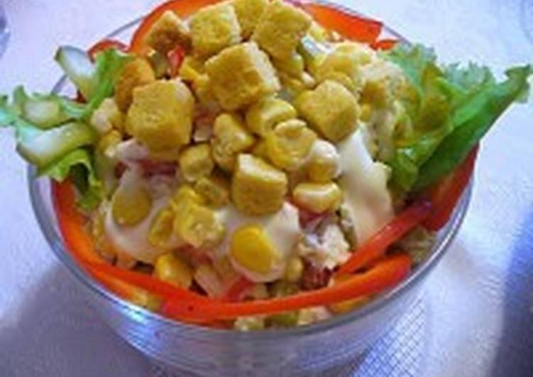 Салат с крабовыми палочками, овощами и сухариками