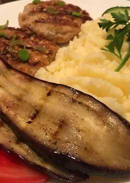 Котлетки и овощи на гриле с картофельным пюре