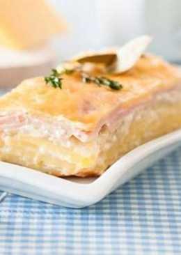 Картофельно-луковая запеканка с сыром и ветчиной в мультиварке