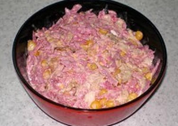 Салат с редькой, курицей, луком и кукурузой «Кудесник»