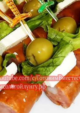Новогодняя закуска Канапе с копченой колбаской