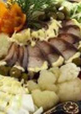 Салат из копченой рыбы с овощами