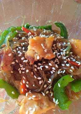 Теплый салат: фунчоза с курицей и овощами