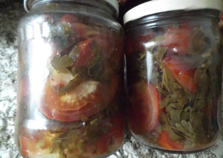 Свежий салат из помидор с петрушкой