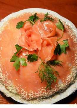 Мне кажется к новогоднему столу подойдет праздничная закуска суши торт с малосольной семгой
