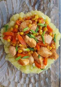 Курица тушенная в томате с кукурузой