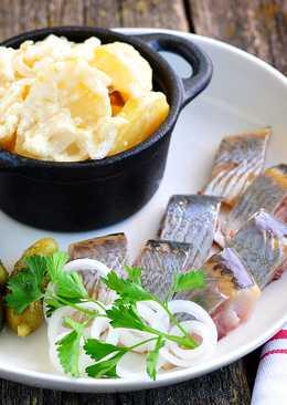 Тушеный картофель в сливках, с селедкой