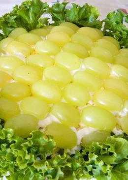 """Праздничный слоеный салат с курицей и виноградом """"Прощай лето"""""""