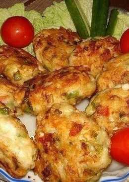 Рецепт очень вкусных и полезных котлет из куриного мяса с овощами и сыром. Вкус у этих котлет получается очень пикантный и необычный