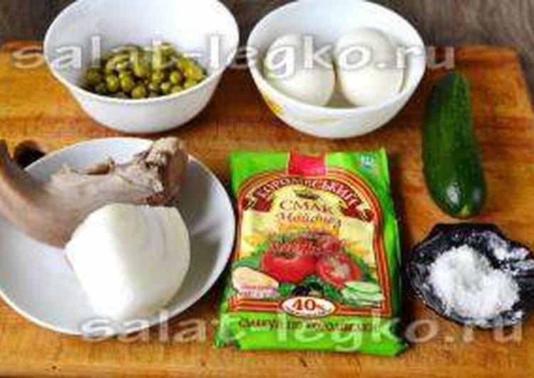 Праздничный салат с языком, огурцом, консервированным горошком и яйцом