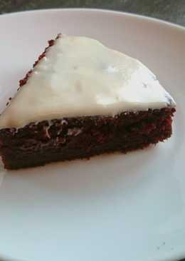 Влажный шоколадный торт-пирожное с белой глазурью