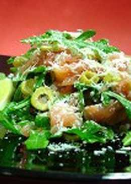 Салат из лосося с грейпфрутом и рукколой