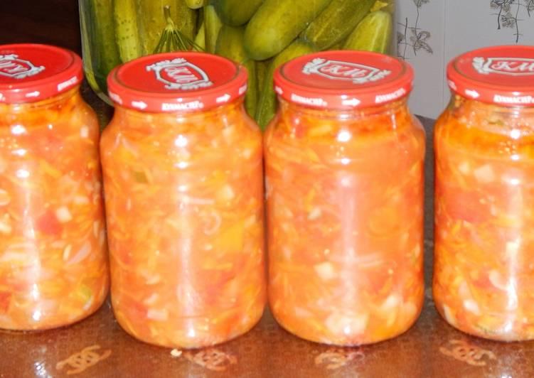Ингредиенты 2 кг огурцов; крупная головка чеснока; стручок чили; пара ложек сахара; примерно 1,5 ложки соли; 50 г укропа; 10 г семян горчицы; 0,5 ст.