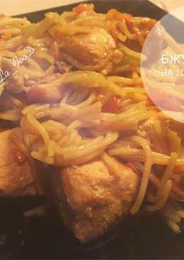 Куриная грудка с рисовой вермишелью под соевым соусом
