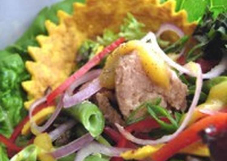Легкий теплый салат с фасолью и тунцом