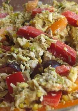 Салат из курицы карри с перцем, фисташками и виноградом