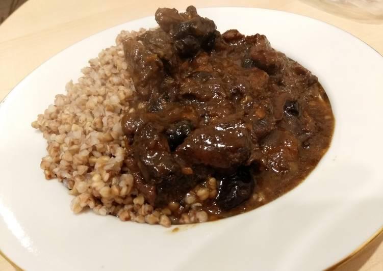 Тушёное мясо с черносливом