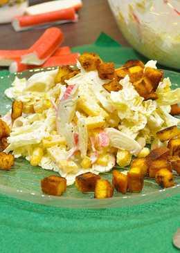 Легкий крабовый салат с крутонами