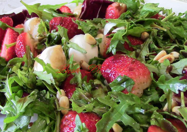 Салат с клубникой, рукколой, моцарелой и листьями салата