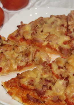 Пицца с помидорами и куриным окороком