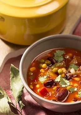 Томатный суп с красной фасолью, кукурузой и беконом