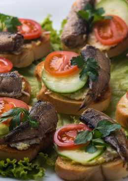 Самые легкие и вкусные бутерброды со шпротами на праздничный стол