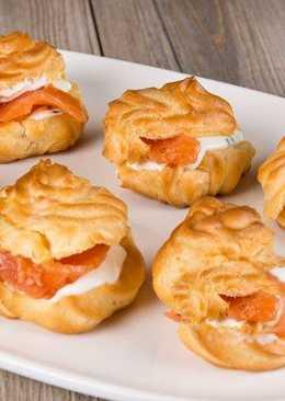 Новогодняя закуска - профитроли с сыром и лососем