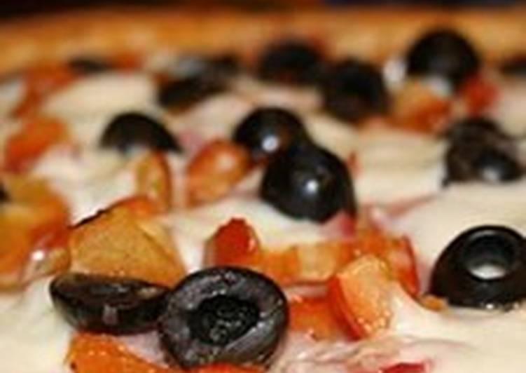 Творожная пицца с ветчиной и маслинами