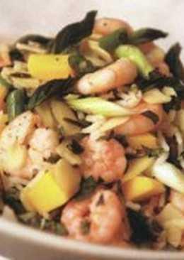 Салат с креветками, рисом, миндалем и манго