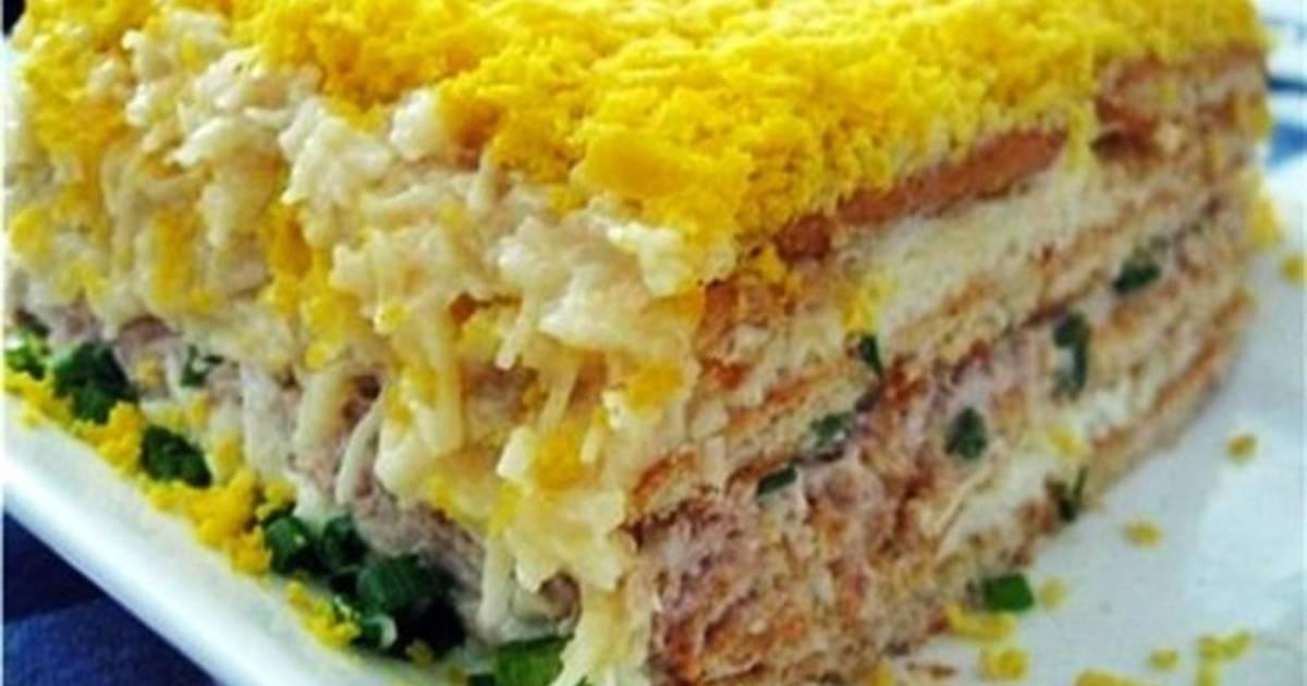 Салат с печеньем рыбки и крабовыми палочками