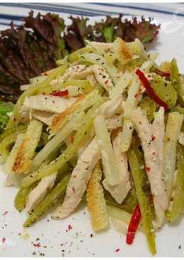 Салат с курицей, корнишонами и сельдереем