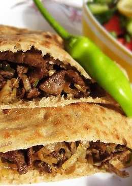 Печень по-египетски с питой и салатом