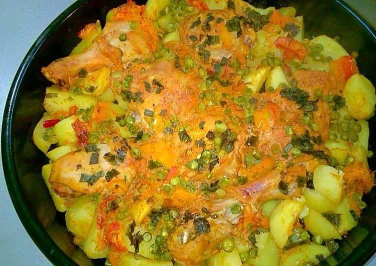 Курица с картошкой и горошком в сметанно-томатном соусе в духовке