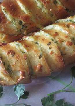 Запеченный батон с сыром, чесноком и зеленью