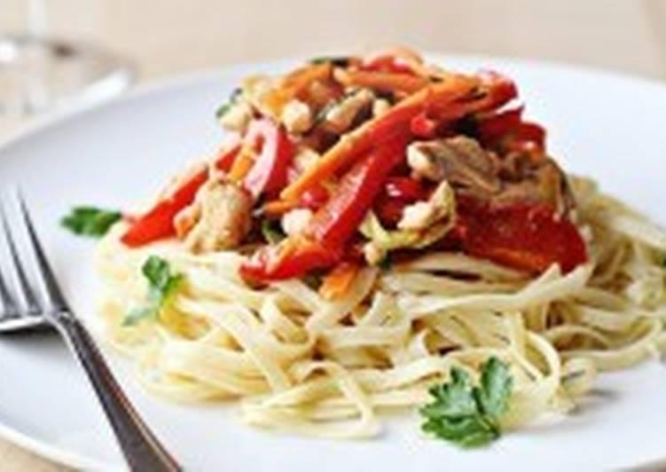 Теплый салат из курицы и овощами со спагетти