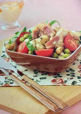 Новогодний грибной салат с грудинкой, консервированным горошком и яйцом