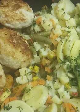 Сочные котлетки с жареным картофелем и овощами