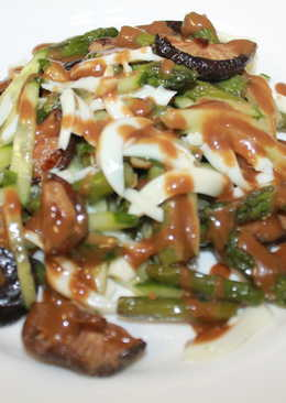 Салат из спаржи и грибов Шиитаке с ореховым соусом