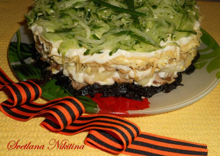 Салат из чернослива и грибами