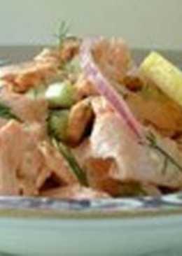 Салат с лососем, сельдереем и каперсами