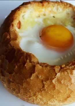 Яйца в булочке с колбасой, сыром и помидором