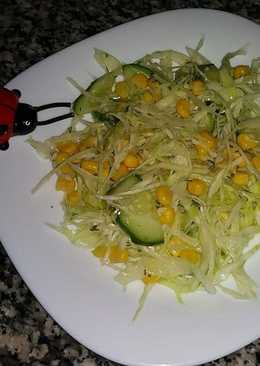 Витаминный салат из капусты, огурцов и кукурузы