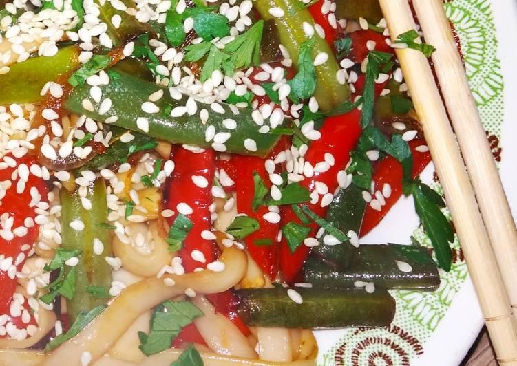 Вегетарианская пшеничная лапша удон с овощами в соусе терияки