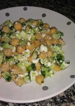 Полезный салат с нутом за 5 минут