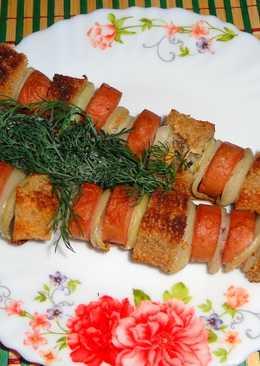 Шашлык из сосисок, хлеба и маринованного лука